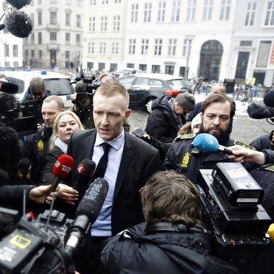 Syyttäjä Jakob Buch-Jepsen saapuu oikeuden istuntoon.