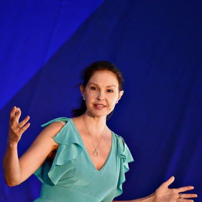 Ashley Judd kuvattuna sinistä taustakangasta vasten 28. maaliskuuta 2018.