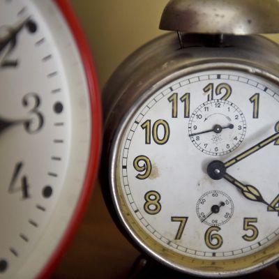 Kaksi herätyskelloa, toinen kesä- ja toinen talviajassa.