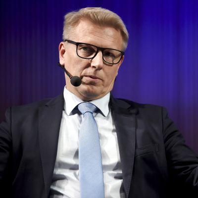 Asunto-, energia- ja ympäristöministeri Kimmo Tiilikainen ilmastonmuutospaneelissa Helsingissä  8. lokakuuta.