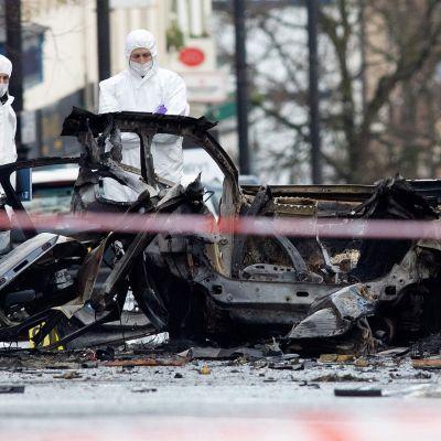 Poliisi tutkii autopommin jäänteitä.