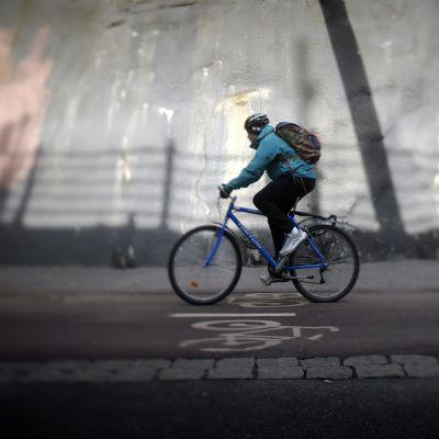 Pyöräilijä kevyen liikenteen väylä Baanalla Helsingissä.