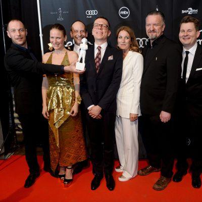 Tyhjiö-elokuvan ohjannut ja tuottanut Aleksi Salmenperä (vas) palkittiin parhaan elokuvan Jussilla Jussi-gaalassa Helsingissä 22. maaliskuuta