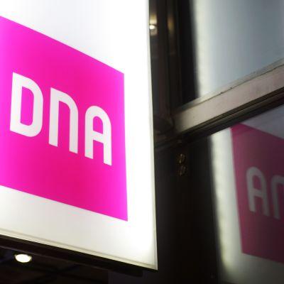 DNA:n logo Kampin kauppakeskuksessa Helsingissä