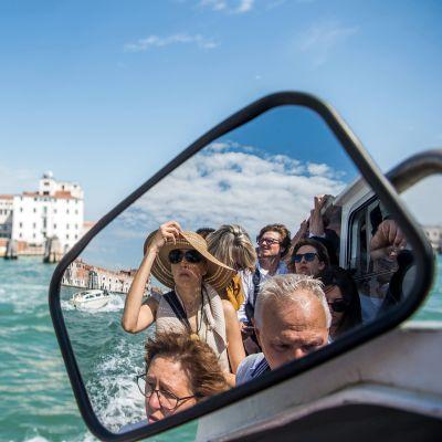 Turisteja vaporeton kyydissä Venetsiassa.