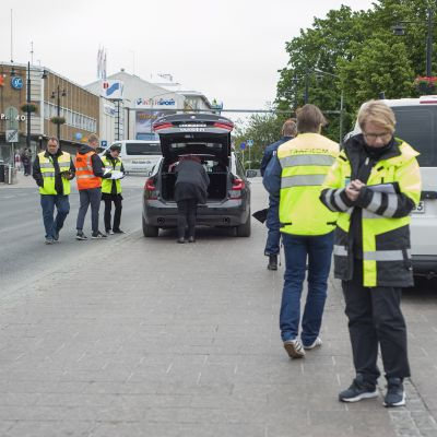 Poliisi, Trafi ja veroviranomaiset tekevät tehovalvontaa.
