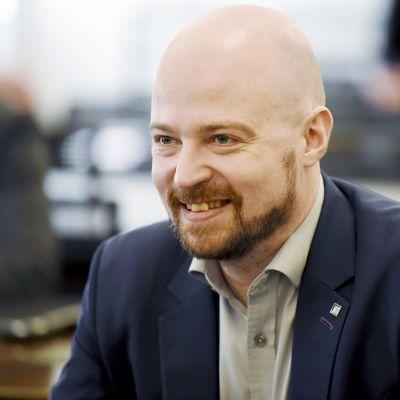 Mikko Kärnä keskustan eduskuntaryhmän kokouksessa Helsingissä.