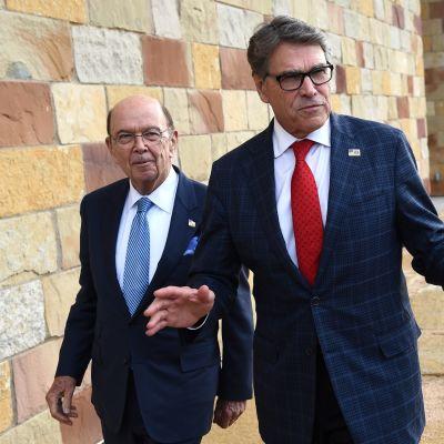 Yhdysvaltain energiaministeri Rick Perry (oikealla) ja kauppaministeri Wilbur Ross (vasemmalla) kuvattuna Teksasissa 17.10.