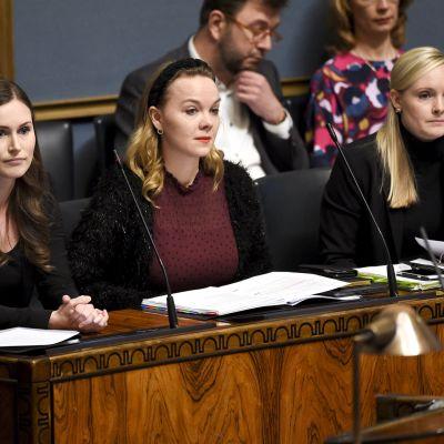 Pääministeri SDP:n Sanna Marin, valtiovarainministeri keskustan Katri Kulmuni ja sisäministeri vihreiden Maria Ohisalo.