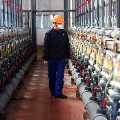 Hengityssuojainta käyttävä työntekijä United Initiatorsin tehtaalla Hefeissä, Anhuin maakunnassa Kiinassa.