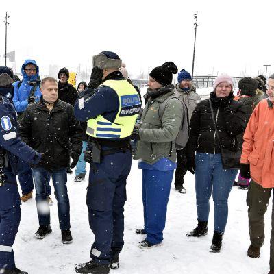 Poliisi jututti osallistujia suomalaisen sananvapauden puolesta järjestetyssä mielenosoituksessa Kansalaistorilla Helsingissä.