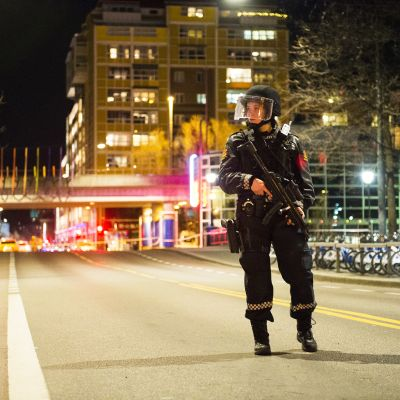 Aseistettu poliisi Oslon keskustan kadulla.