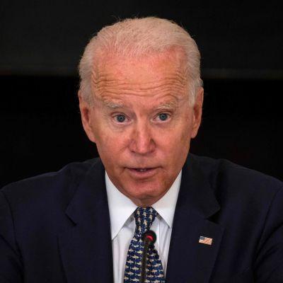 Presidentti Joe Biden puhuu Valkoisessa talossa.