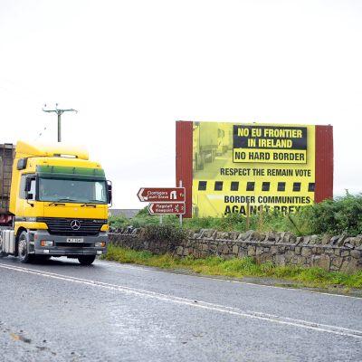 Rekka ohittaa brexit-vastaisen kampanjan tienvarsimainoksen Killeenissä Pohjois-Irlannissa.