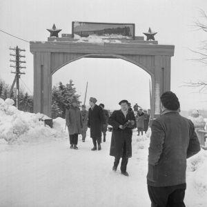 Porkkalan palautus, toimittajat tutustumassa alueeseen, talvi, venäläisten juhlaportti
