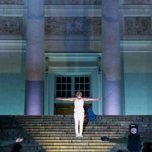Via Crucis i Helsingfors, Jesus står med armarna öppna på Domkyrkans trappor.