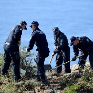 poliiseja tutkimassa maastoa