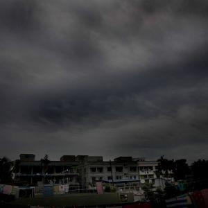 Synkkiä pilviä talojen yllä.