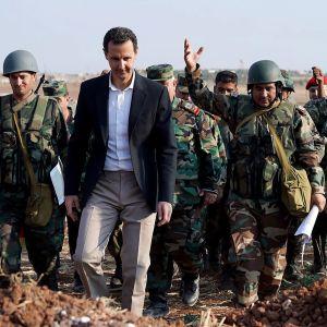 Bashar al-Assad kävelee sotilaiden keskellä