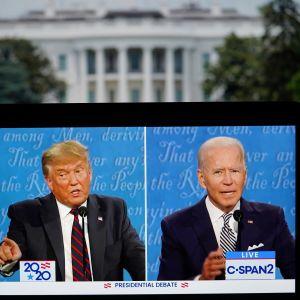 Donald Trump ja Joe Biden tv-ruudulla. Taustalla Valkoinen talo.