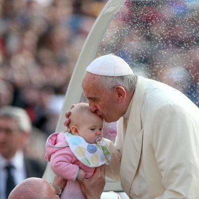 Paavi suuteli vauvan päätä Vatikaanissa 16. maaliskuuta.