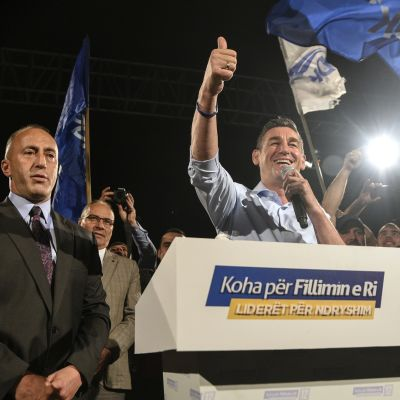 Haradinaj  hymyilee kannattajilleen vaali-iltana.