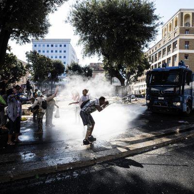 Poliisi evakuoi Piazza dell'Indipendenza aukiota Roomassa 24. elokuuta 2017.