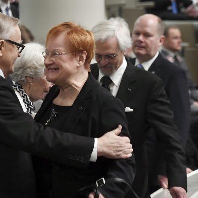 Presidentit Martti Ahtisaari ja Tarja Halonen tervehtivät toisiaan eduskunnan lehterillä Suomen itsenäisyyden 100-vuotisjuhlaistunnossa eduskunnassa tiistaina 5. joulukuuta