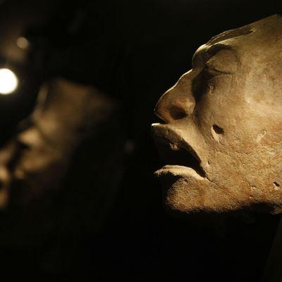 Maya-intiaanikulttuurin naamioita näyttelyssä Alicanten arkeologisessa museossa Espanjassa viime vuonna. Näyttelyssä oli mukana Guatemalasta saatuja naamioita.