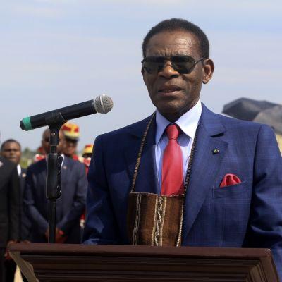 Päiväntasaajan Guinean presidentti Teodoro Obiang Nguema puhuu mikrofoiniin aurinkolasit silmillään.