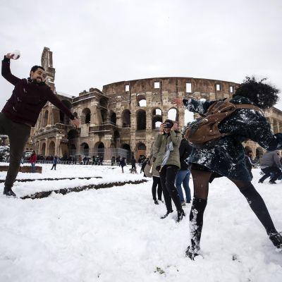 Lumisotaa lumen peittämällä Rooman Colosseumilla.