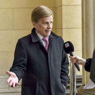 Keskustan kansanedustaja Mauri Pekkarinen Ylen haastateltavana  Säätytalon pylväikössä