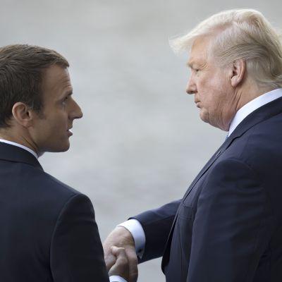 Presidentit Emmanuel Macron (vas.) ja Donald Trump tapasivat Pariisissa heinäkuussa 2017. Vierailu oli juhlava.
