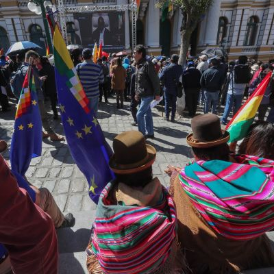 Bolivialaisia seuraamassa jättinäytöltä Kansainvälisen tuomioistuimen päätöksen julkistamista maan pääkaupungissa La Pazissa