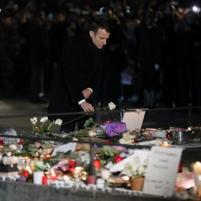 Presidentti Emmanuel Macron laskee valkoisen ruusun Strasbourgin terrori-iskun uhreille.