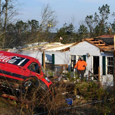Auto oli kellahtanut kumoon tornadon voimasta Alabamassa.