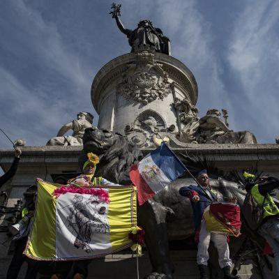 Keltaliivit osoittivat mieltään jälleen lauantaina Pariisissa.