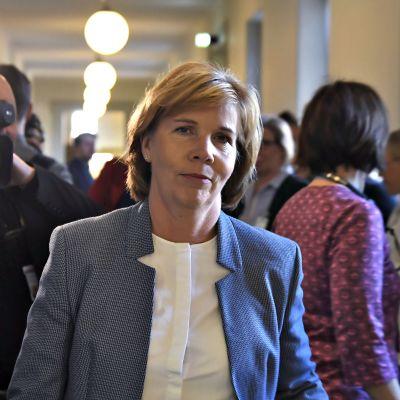 RKP:n puheenjohtaja Anna-Maja Henriksson kuvattuna kansanedustajien valtakirjojen tarkastuksen yhteydessä eduskunnassa Helsingissä 23. huhtikuuta.
