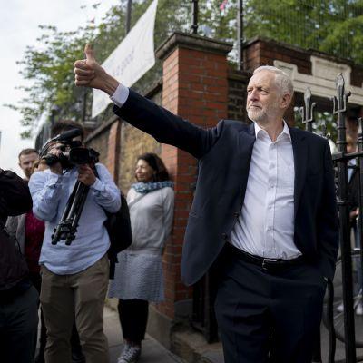 Työväenpuolueen johtaja Jeremy Corbyn poistui äänestyspaikalta 23. toukokuuta. Britit äänestivät tuolloin eurovaaleissa.