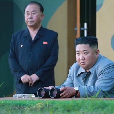 Pohjois-Korean johtaja Kim Jong-un seurasi uudentyyppisen taktisen aseen laukaisua torstaina maan virallisen uutistoimiston julkaisemassa kuvassa.