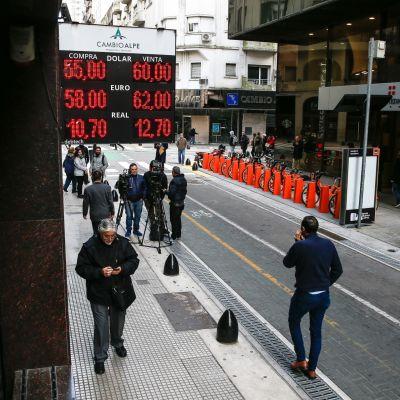 Argentiinan peson kurssi romahti sunnuntain esivaalien jälkeen, kun istuva presidentti Mauricio Macri kärsi rökäletappion. Rahanvaihtopiste Buenos Airesissa löi kovia lukuja tiskiin.