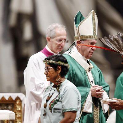 Paavi Franciscus  avaa piispainkokouksen Vatikaanin Pyhän Pietarin kirkossa..