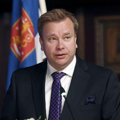 Puolustusministeri Antti Kaikkonen.