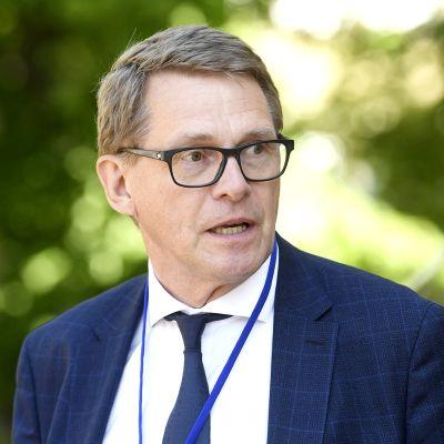 Valtiovarainministeri Matti Vanhanen poistuu hallituksen neuvotteluista Säätytalolta Helsingissä 11. kesäkuuta