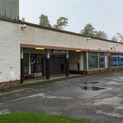 Ylämaa-talo, eli kunnantalo lokakuussa 2020.