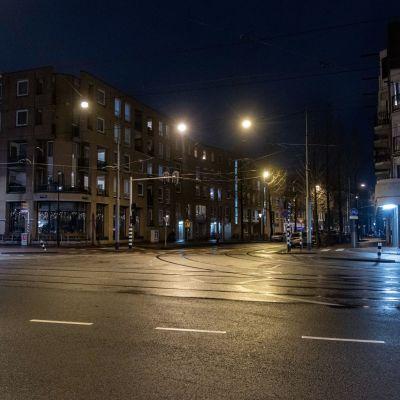 näkymä tyhjältä öiseltä kadulta