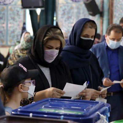 Ihmisiä vaaliuurnilla Teheranissa sijaitsevalla äänetyspaikalla.