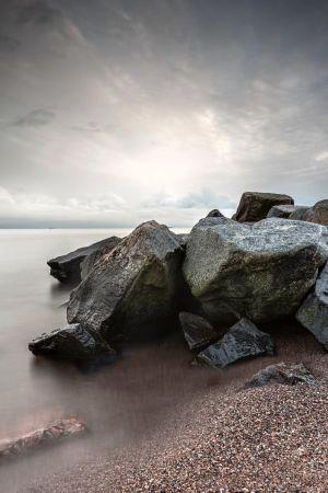 klippor och soluppgång vid hav