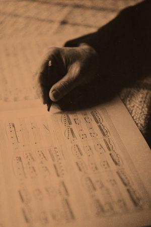Jean Sibelius kirjoittaa nuotteja.