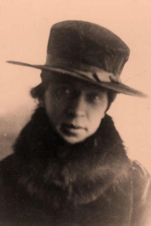 Otto Wille Kuusinen naiseksi pukeutuneena.